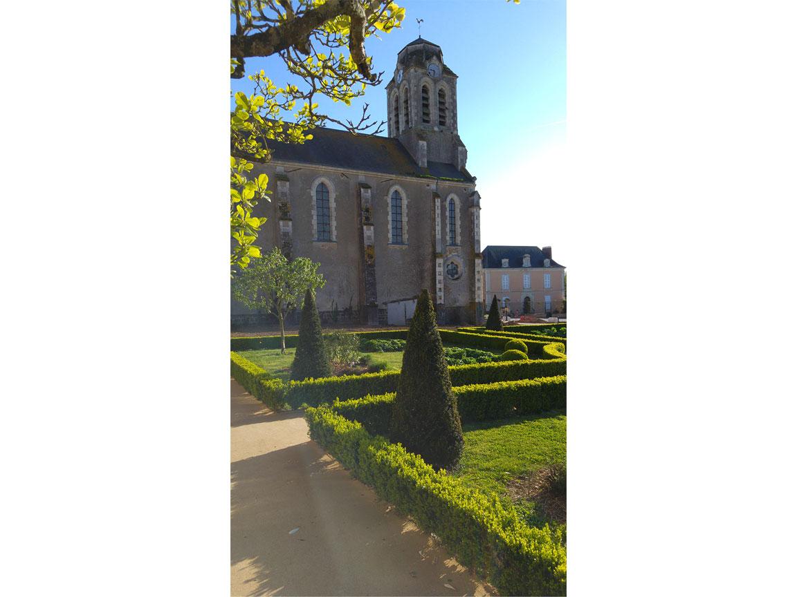 Jardin-mairie-houssay-et-église